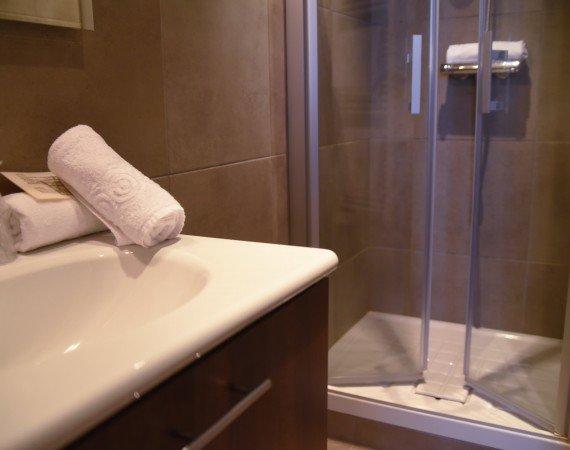 salle-de-bain-avec-douche-chambre-confort